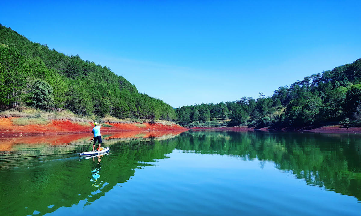 paddle boarding vietnam tuyen lake