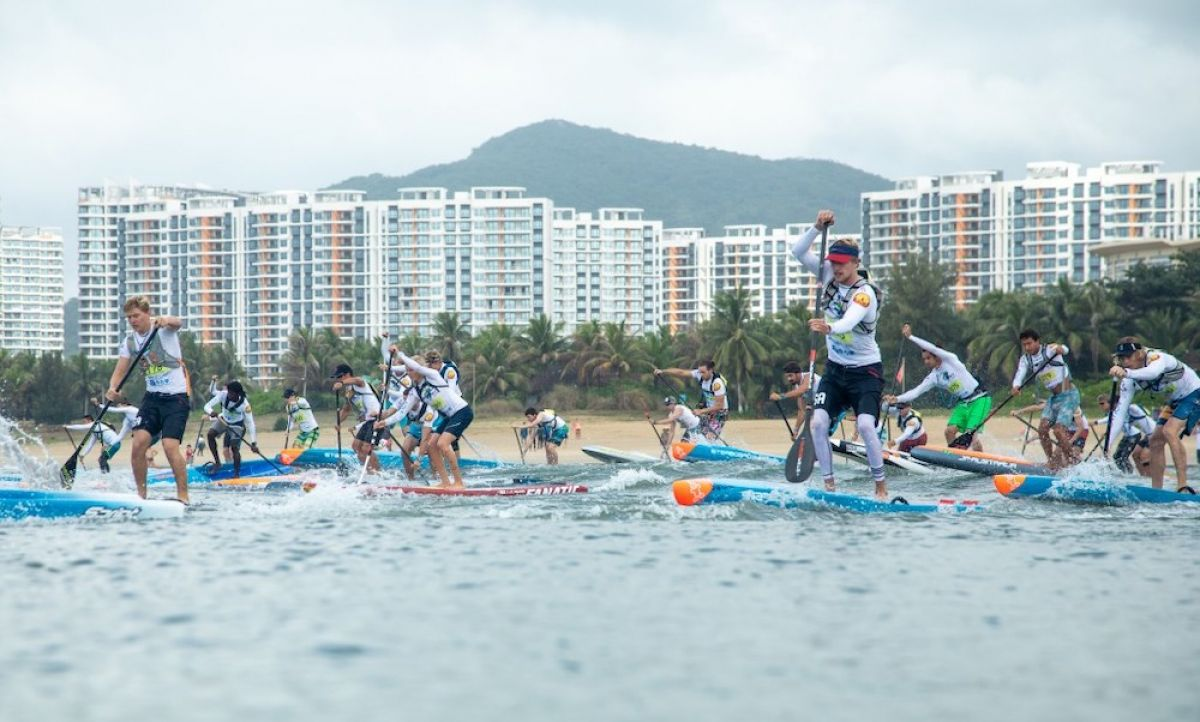 The 2018 Men's SUP Distance Race hits the water in Hainan, China. | Photo: ISA / Pablo Jimenez