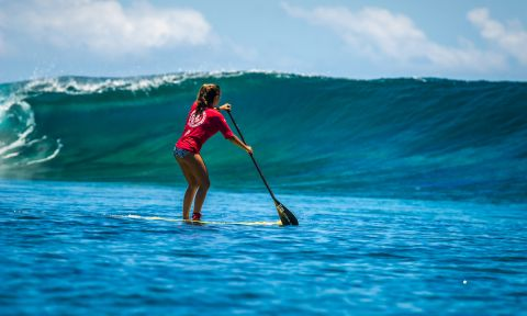 Brazil's Nicole Pacelli during her SUP surfing heat at Cloudbreak. | Photo: ISA / Sean Evans