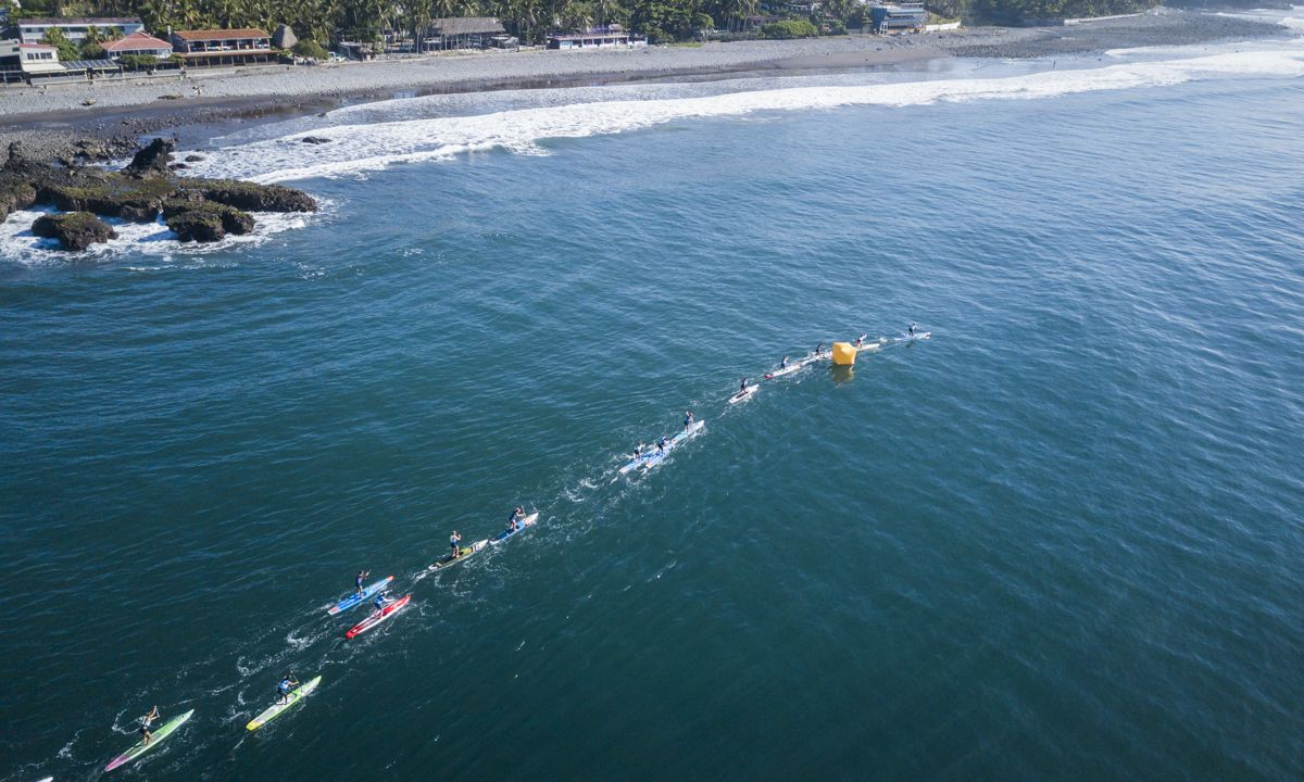 The Women's SUP Race follows the pristine coast of El Salvador. | Photo ISA / Ben Reed