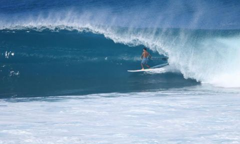 Mo Freitas standing tall on a beauty at Backdoor. | Photo Courtesy: Waterman League