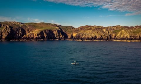 Sian Sykes paddling the coast of Wales. | Photo Courtesy: Eastwood Media